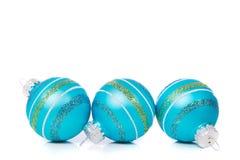 Blauwe Kerstmisornamenten op witte achtergrond met exemplaarruimte Stock Fotografie