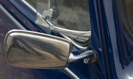 Blauwe klassieke autospiegel Stock Foto