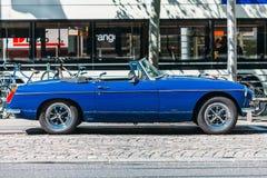 Blauwe klassieke die auto op de straat wordt geparkeerd Stock Afbeelding