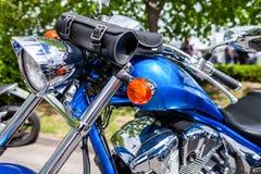Blauwe klassieke motortribunes op straat stock foto's