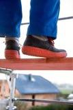 Blauwe kleurenarbeider op een steiger Stock Foto's