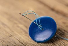 Blauwe knoop met naald Royalty-vrije Stock Afbeelding