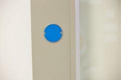 Blauwe knoop op de muur Stock Afbeelding