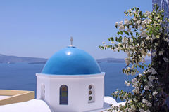 Blauwe koepelkerk op eiland Santorini Stock Afbeelding