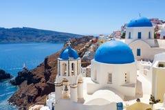 Blauwe Koepelkerken Oia Santorini Stock Fotografie