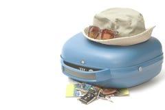 Blauwe koffer klaar te reizen Stock Foto