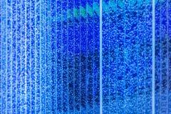 Blauwe kolom van water met bellen stock foto