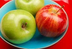 Blauwe kom met appelen Stock Fotografie