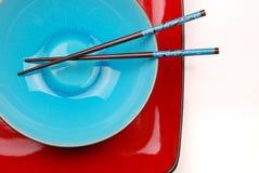 Blauwe kom met eetstokjes Royalty-vrije Stock Fotografie