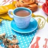 Blauwe kop van koffie met melk royalty-vrije stock fotografie