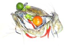 Blauwe krab, reuze zoetwaterzeekreeft, kalk, tomaat en hete Spaanse pepers royalty-vrije stock afbeeldingen