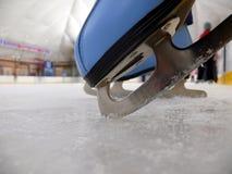 Blauwe kunstschaats in het ijs Royalty-vrije Stock Afbeelding