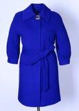 Blauwe laag met riem op grijze achtergrond Bovenkleding, inzameling van de lente van 2017 Royalty-vrije Stock Foto's