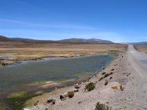 Blauwe lagunas bij de pas Patapampa (Peru) stock fotografie