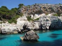 Blauwe lagune op menorca Spanje Stock Afbeeldingen