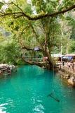 Blauwe lagune in Vang Vieng, Laos, beroemde reisbestemming met duidelijk water en tropisch landschap stock foto