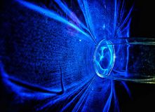 Blauwe lamp in donker mooi licht stock fotografie