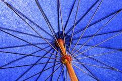 Blauwe lang-handvatparaplu Royalty-vrije Stock Afbeelding