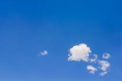 Blauwe Lege hemeloppervlakte met minimale wolk stock fotografie