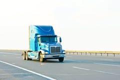 Blauwe levendige Amerikaanse vrachtwagen stock fotografie