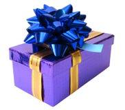 Blauwe lint gebonden violette doos over witte achtergrond Royalty-vrije Stock Foto