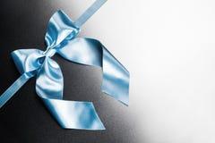 Blauwe lintboog op metaal Royalty-vrije Stock Afbeeldingen