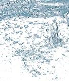 Blauwe luchtbellen in water royalty-vrije stock afbeelding