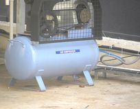 Blauwe luchtcompressor stock fotografie