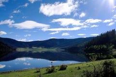 Blauwe meer en bergen Royalty-vrije Stock Foto's