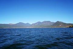 Blauwe Meer Blauwe Hemel in de Herfst Stock Foto