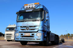 Blauwe Mercedes-Benz Actros Truck op een Werf Stock Foto