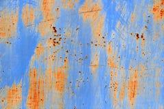 Blauwe metaaldeur in roest stock afbeeldingen