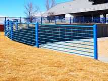 Blauwe metaalomheining door gras Stock Foto's