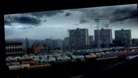 Blauwe meteoor die over de stad vliegen stock video