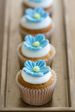Blauwe minibloem cupcakes Stock Foto's