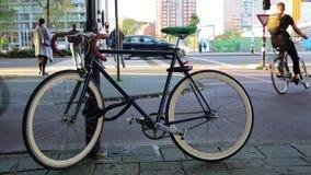 Blauwe moderne die fiets op een stadsstraat wordt geparkeerd stock video