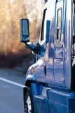 Blauwe moderne semi vrachtwagen met partij van reflaction Royalty-vrije Stock Fotografie