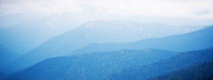 Blauwe mooie bergen royalty-vrije stock fotografie