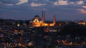 Blauwe Moskee bij zonsondergang, over de moskee mooie wolken Gezichten Istanboel, Turkije stock videobeelden