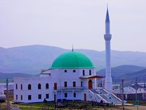 Blauwe moskee met groene koepel Stock Afbeeldingen