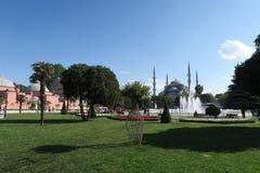 Blauwe Moskee - sultan-Ahmet-Camii zoals die van de Fontein in het Park wordt gezien, in Istanboel, Turkije Royalty-vrije Stock Afbeeldingen