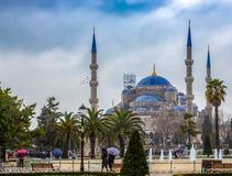 Blauwe Moskee van Istanboel zoals die van de straten van Istanboel wordt gezien stock foto