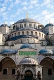 Blauwe moskee vanuit lage invalshoek Royalty-vrije Stock Afbeeldingen