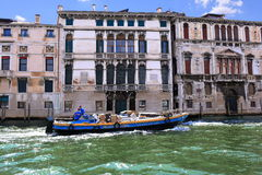 Blauwe motorboot Brusato Trasporti in Grand Canal, Venetië Royalty-vrije Stock Fotografie