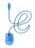 Blauwe muis en kabel in de vorm van e-teken Royalty-vrije Stock Foto