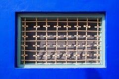 Blauwe muur met een venster royalty-vrije stock foto