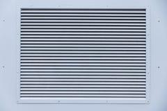 Blauwe muur met ventilatietraliewerk Stock Fotografie