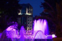 Blauwe nachtfonteinen stock afbeeldingen