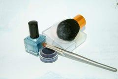 Blauwe nailpolishoogschaduw, poeder en kosmetische borstels Royalty-vrije Stock Afbeelding