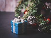 Blauwe nette boomtakken met Kerstmissnuisterijen Stock Foto